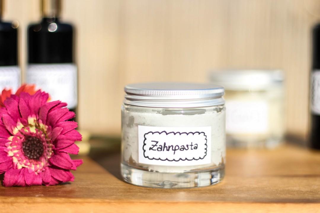 easy vegan and natural diy zero waste tooth paste. Black Bedroom Furniture Sets. Home Design Ideas