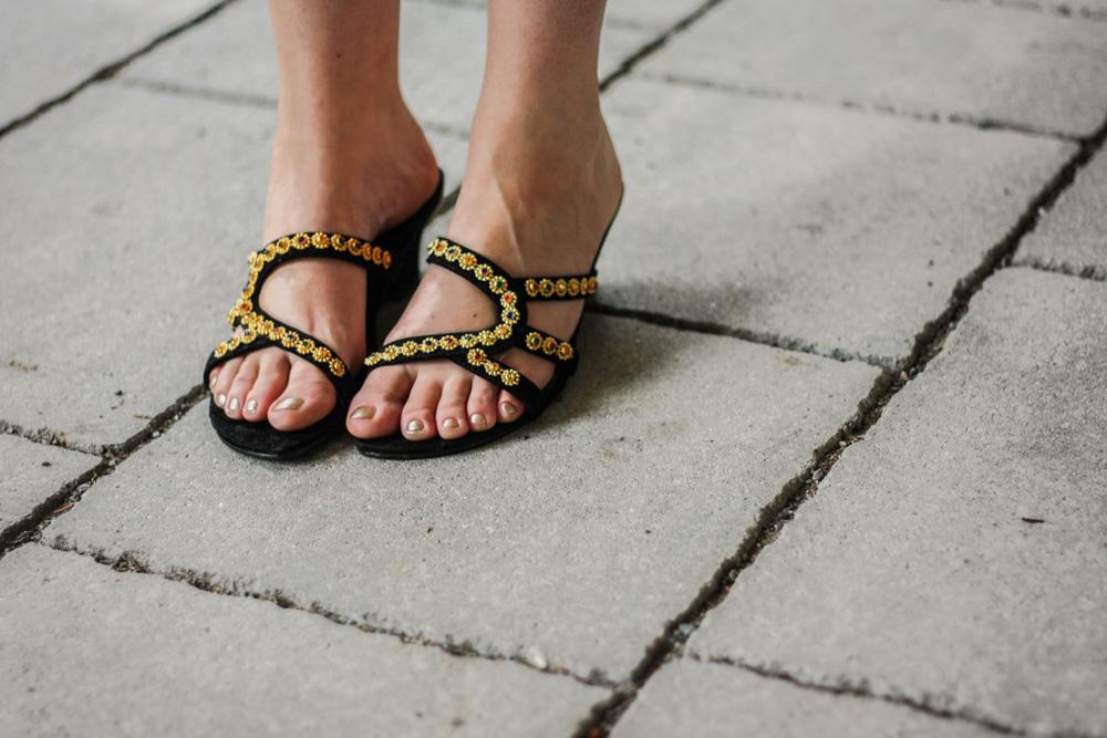 fair-fashion-blog-modeblog-deutschland-vintage-asos-jumpsuit-schwarz-samt-velvet-gold-sandalen-slipper-19-12