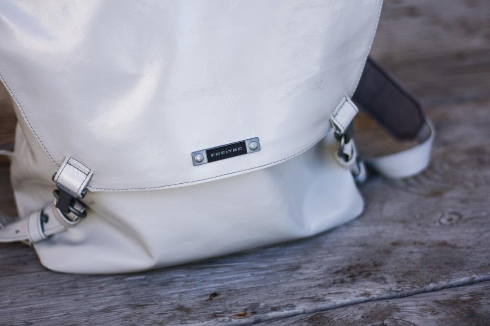 freitag rucksack grau upcycling fair fashion vegan hess natur sneaker sommer outfit blogger eco veganer rucksack