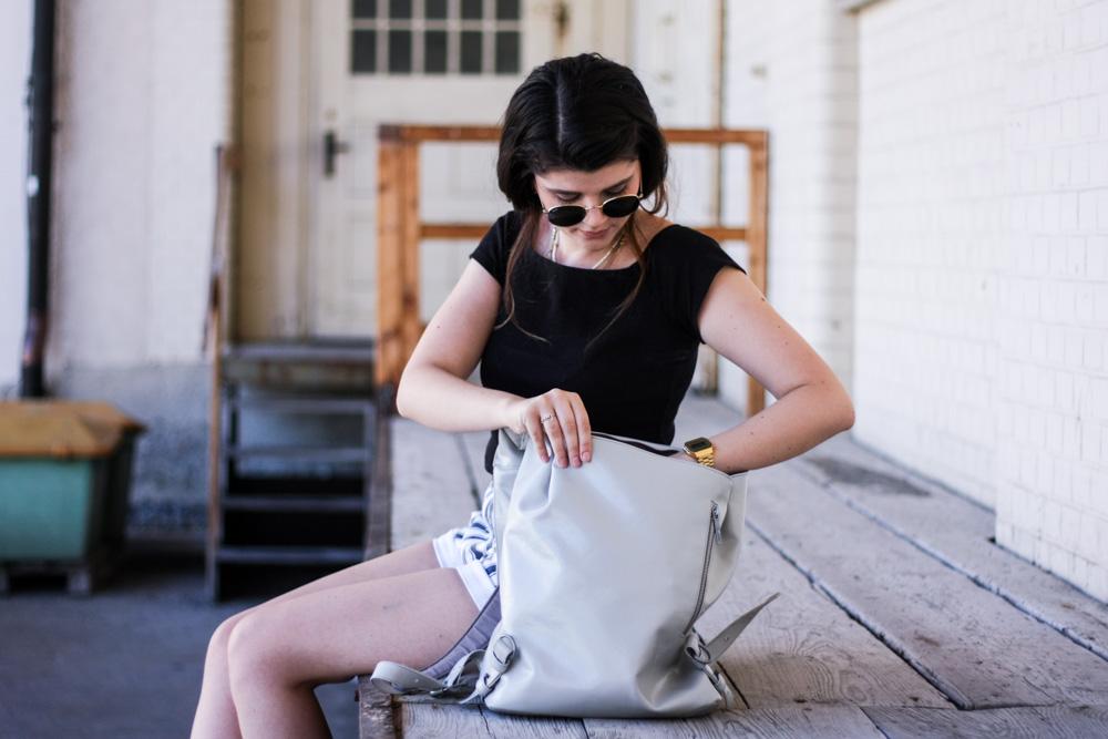 freitag rucksack grau upcycling fair fashion vegan sommer outfit blogger veganer rucksack vegane rucksäcke