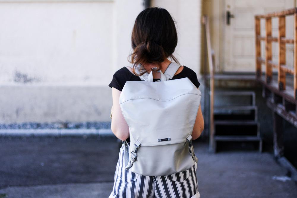 freitag rucksack grau upcycling fair fashion vegan hess natur sneaker sommer outfit blogger veganer rucksack