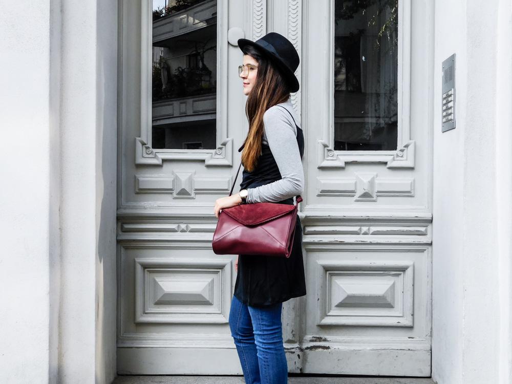slipdress im herbst fair fashion maas natur fair fashion blogger outfit dunkelrote tasche schwarzer hut fedora kleid über jeans-1-2