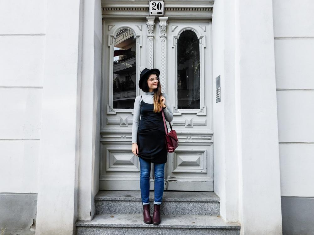 slipdress im herbst fair fashion maas natur fair fashion blogger outfit dunkelrote tasche schwarzer hut fedora kleid über jeans-1-3