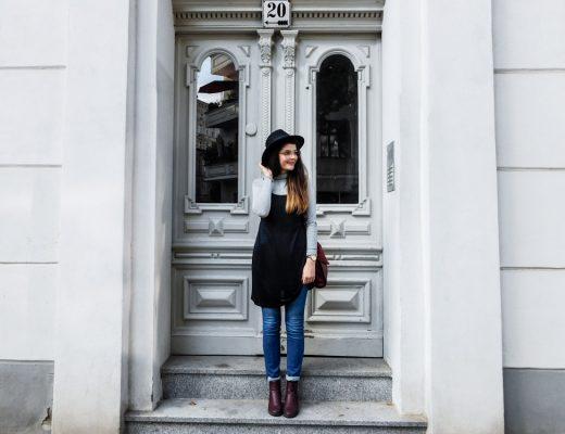 slipdress im herbst fair fashion maas natur fair fashion blogger outfit dunkelrote tasche schwarzer hut fedora kleid über jeans-1-4