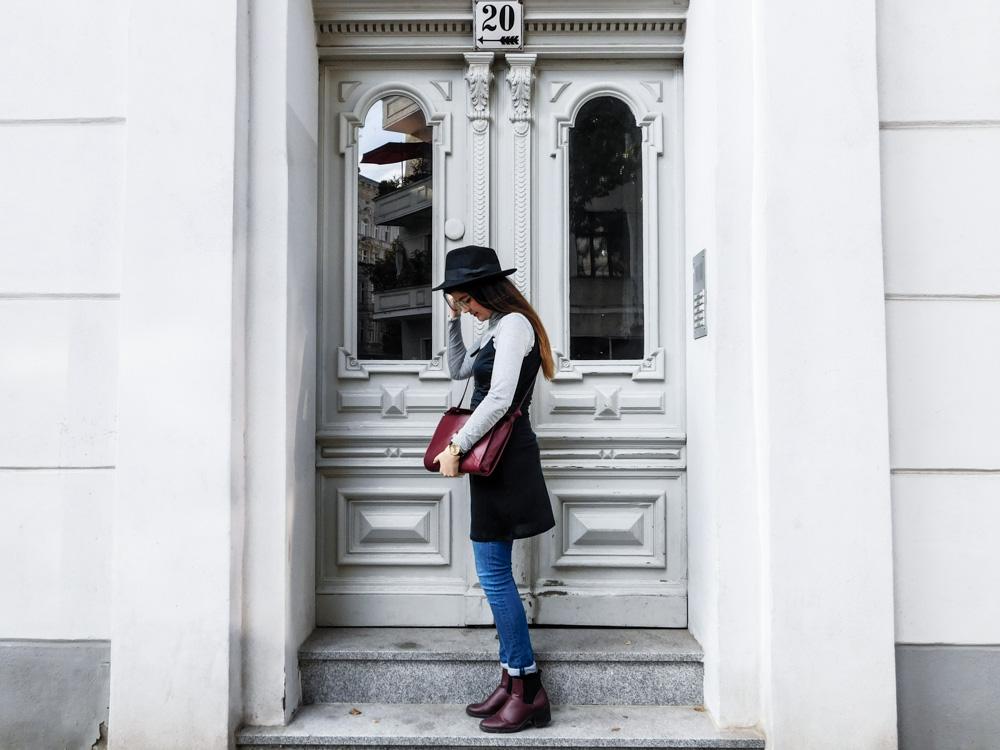 slipdress im herbst fair fashion maas natur fair fashion blogger outfit dunkelrote tasche schwarzer hut fedora kleid über jeans-1-5