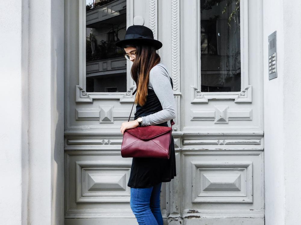 slipdress im herbst fair fashion maas natur fair fashion blogger outfit dunkelrote tasche schwarzer hut fedora kleid über jeans-1