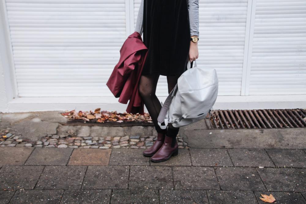 kleid im winter tragen jumpsuit regenmantel raincoat freitag rucksack fair fashion vegan outfit-1-4