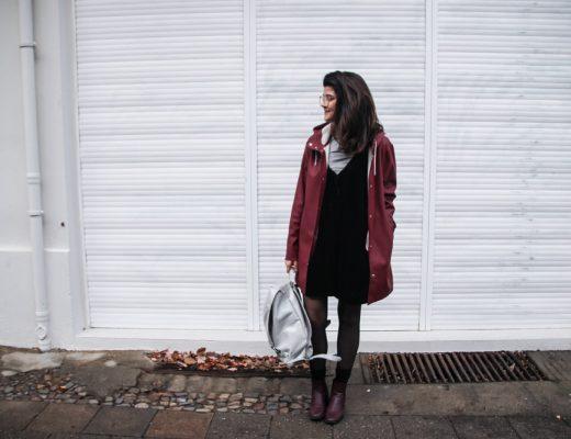 kleid im winter tragen jumpsuit regenmantel raincoat freitag rucksack fair fashion vegan outfit-1