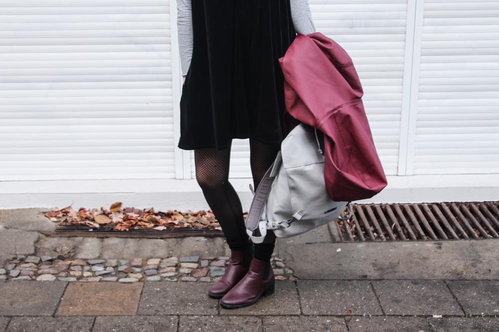 kleid im winter tragen jumpsuit regenmantel raincoat freitag rucksack fair fashion vegan outfit-1-6